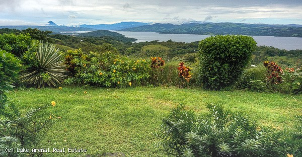 Secluded and Beautiful 3 Bedroom Home with Excellent Lake and Volcano Views