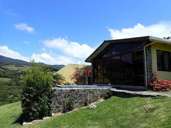 Amazing Off-Grid Home with Views of FOUR Volcanos